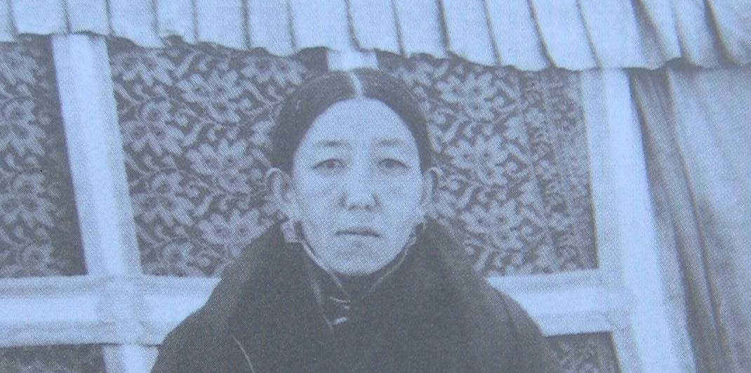 Female Tibetan lama early 20th century photo