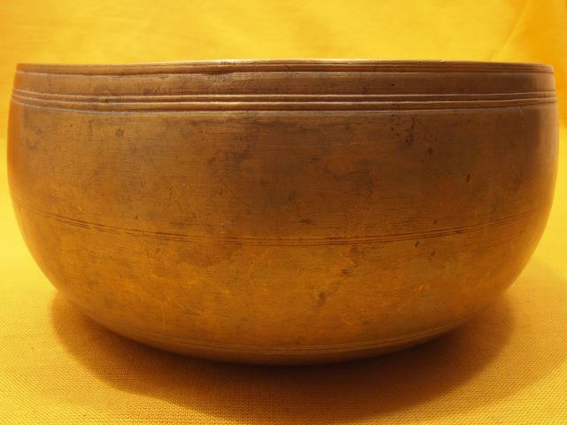 Antique Thadobati Singing Bowl with sharp artwork and smooth main tone