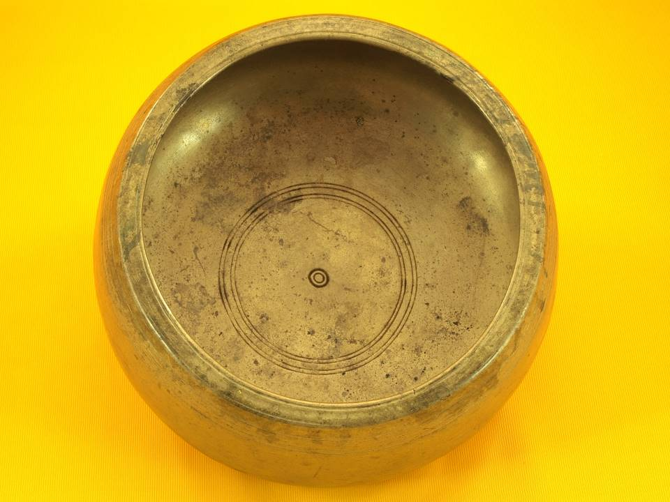 Large Antique Mani Singing Bowl with strong primary and soft overtone