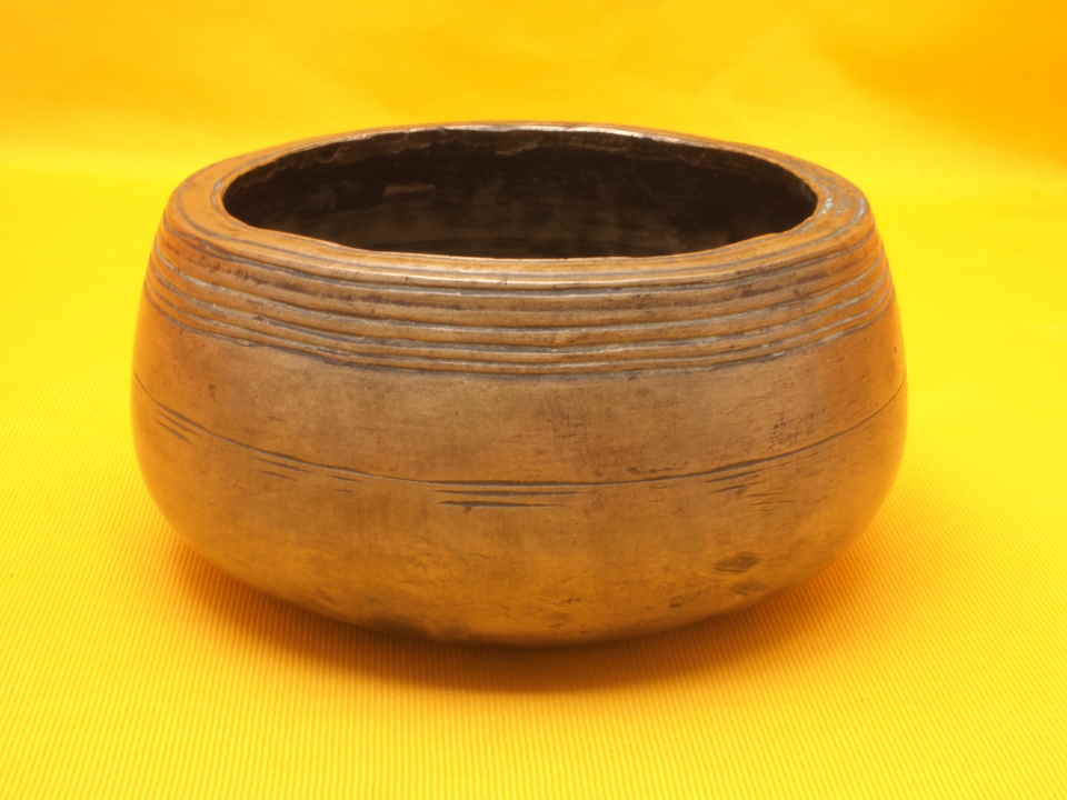 Antique Mini Mani Singing Bowl with Intense penetrating ultra-high tone